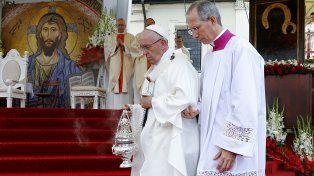El Papa tomó el tranvía en Polonia, dio una misa masiva y dijo que las religiones quieren la paz