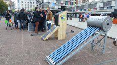 demandados. Los termotanques solares se exhibieron ayer en la plaza Montenegro. Instalar uno de estos artefactos cuesta unos 10 mil pesos.