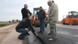 Inspección. El senador Omar Perotti visitó el flamante tramo de la ruta.