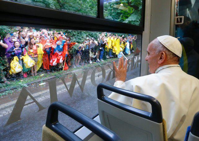 a bordo. Francisco viaja sentado en el tranvía ecológico que lo transportó hasta el parque donde habló a la juventud.