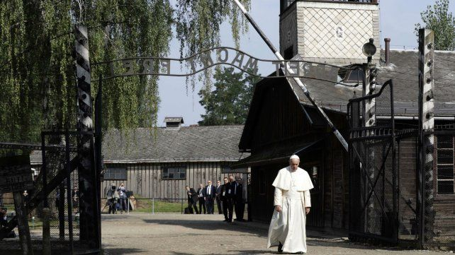 Francisco en el inicio de la recorrida por uno de los lugares donde se perpetraron las matanzas en la Segunda Guerra Mundial