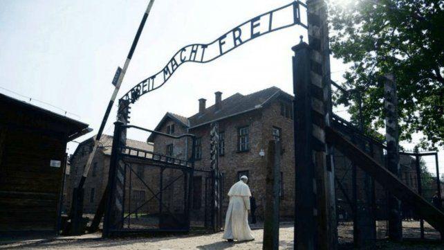 Francisco visitó hoy uno de los lugares donde los nazis llevaron a cabo las matanzas durante la segunda guerra.