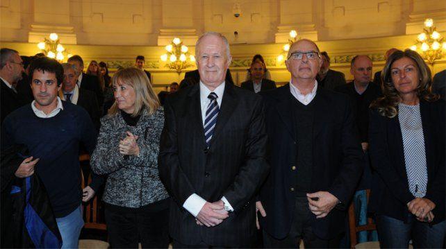 Lamberto (de corbata) fue felicitado por los legisladores.
