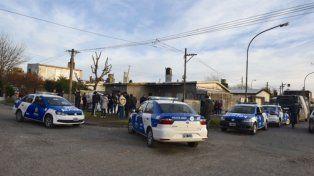 Buenos Aires y Alzugaray. La policía y funcionarios judiciales trabajan en el lugar del hecho.