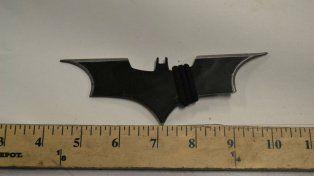 El batarang utilizado por el agresor.