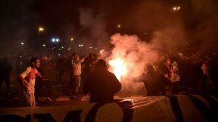 Los hinchas leprosos se reunieron en el parque ante la imposibilidad de hacer el banderazo en el estadio.