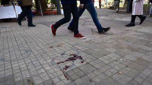 El homicidio ocurrió en uno de los sectores de la plaza López. Esta mañana se veían los rastros de la agresión.