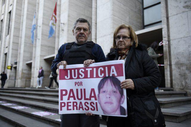 Los padres de Paula Perassi en las escalinatas de Tribunales.