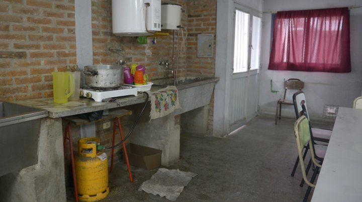 Con garrafas. En la escuela del barrio Santa Lucía las obras de gas se terminaron hace un año, pero aún no está conectada a la red.