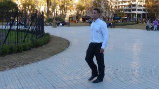El único en actividad. Iván lleva más de un año como responsable del cuidado de la plaza San Martín.