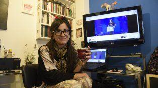 Marianela Luna, el mate y las pantallas desde donde dicta sus clases por Skype.