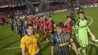Signos de convivencia. En el partido de ida los jugadores ingresaron juntos al Coloso y el árbitro Trucco priorizó el diálogo.