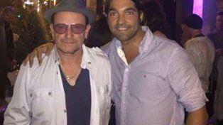Bono estaba muy distendido en la fiesta y hasta se dejó fotografiar. Aquí se lo ve con el dueño del pub.
