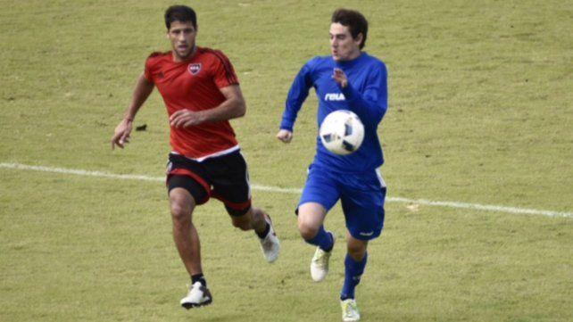 Domínguez busca interceptar al delantero de la crema en una de las jugadas del partido de esta mañana