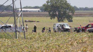 Personal policial recoge restos del globo aerostático siniestrado.