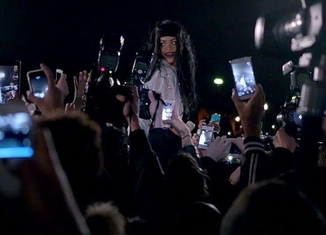 Rihanna se abraza con sus fans en la presentación de un nuevo videoclip