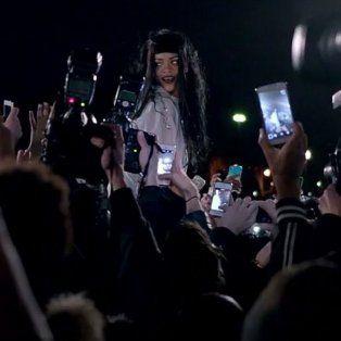 rihanna se abraza con sus fans en la presentacion de un nuevo videoclip