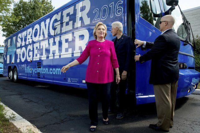 En marcha. Hillary junto a su esposo Bill Clinton iniciaron un recorrido por EEUU en un colectivo de campaña.