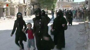 Civiles sirios logran salir de la asediada ciudad de Alepo