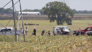 Pavoroso. Policías inspeccionan los restos de la barquilla calcinada (los caños del centro) en un vuelo turístico.
