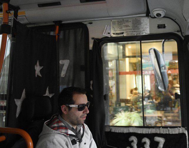 Sobre el chofer. Una de las filmadoras está ubicada en una posición estratégica para tomar imágenes del ingreso al ómnibus.