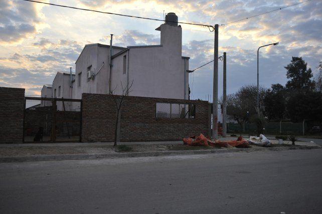 Zona cero. Todo pasó de fiesta a tragedia en el patio de una de las casas del barrio que se levanta en la zona noroeste.