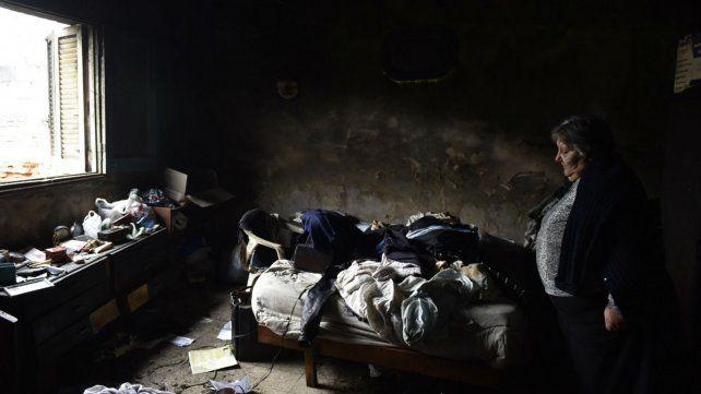 Una hermana de las víctimas en una de las habitaciones dañadas por el fuego.
