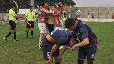 Cara y ceca. Mustachi intenta consolar a Brian Meza, quien desvió el penal que determinó la eliminación de Central Córdoba en la Copa Santa Fe. Atrás, los jugadores de Sportivo Las Parejas festejan.
