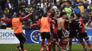 Ramillete rojinegro.Con Unsain más arriba que todos, los pibes rojinegros festejan el pase a semifinales.