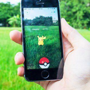 la locura por pokemon go llego a roldan: la emocion de tres chicos al atrapar a pikachu