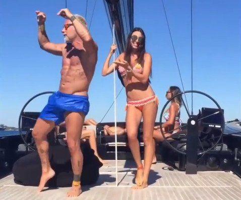 Es millonario, excéntrico y se volvió viral por sus increíbles bailes con hermosas mujeres