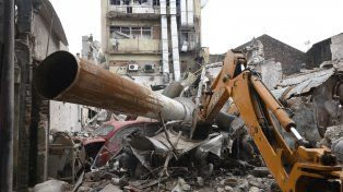 En ruinas. Las palas mecánicas comenzaron ayer a extraer los escombros que quedaron tras la explosión.
