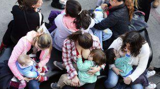 Masiva. Así fue la teteada días atrás en defensa de la lactancia en lugares públicos.