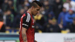 Rumbo a la ejecución. Tevez se dirige al punto penal. Hizo el gol de la clasificación.