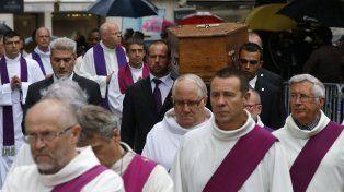 Profundo pesar. Trasladan el féretro del sacerdote degollado por yihadistas.