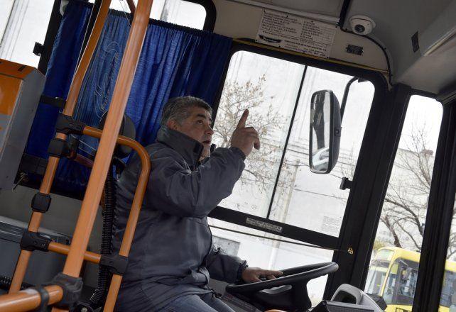 En foco. El conductor señala una de las tres cámaras con las que cuentan 50 colectivos urbanos.