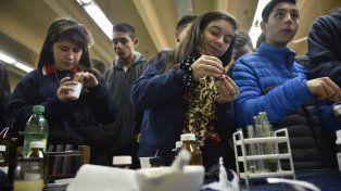 Manos a la obra. Los adolescentes realizaron ayer sus propios experimentos.