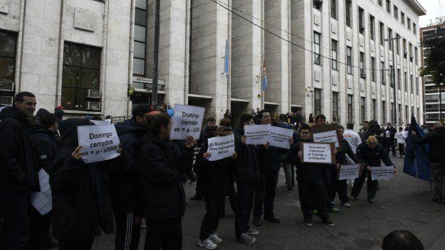 Empleados a favor de trabajar los domingos se manifestaron ayer en Tribunales.