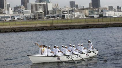 emocion en el arribo de la antorcha olimpica a rio a dos dias del inicio de los juegos