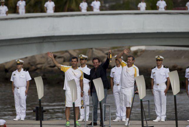 Emoción en el arribo de la antorcha olímpica a Río a dos días del inicio de los Juegos