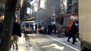 Los bomberos trabajan en el lugar del siniestro en Barracas.