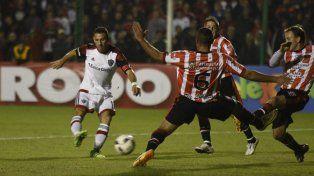 Maxi Rodríguez busca el arco de Sansinena. Fue en el partido de 32avos de final de la Copa Argentina en Junín.