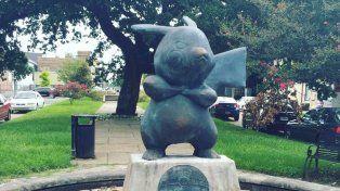 Pikachu en un pedestal. La locura por Pokémon invandió el mundo.