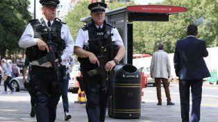 Patrulla. Salvo en casos específicos los popularmente llamados bobbies no llevan armas de fuego. La amenaza terrorista provocó un cambio de enfoque.