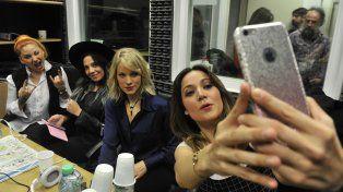 Soy tu fan. Valeria saca una selfie en el estudio de Del Siglo
