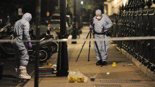 Peritos trabajan en el lugar donde atacó el presunto terrorista.