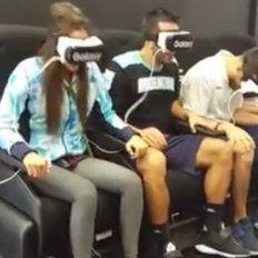 deportistas argentinos se divierten en un simulador de realidad virtual en la villa olimpica