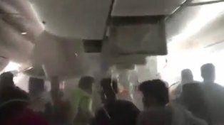 Caos en el interior del avión de Emirates antes de explotar en Dubái