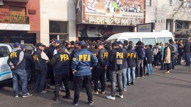 Tensión en la sede porteña de Madres de Plaza de Mayo al llegar la Policía Federal a allanar la entidad.