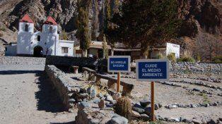 La blancura inmaculada de la pequeña capilla de El Alfarcito se destaca en el paisaje del norte salteño. El pueblo